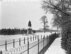 Snow-at-statue-in-Phoenix-park-Dublin-1023x7831