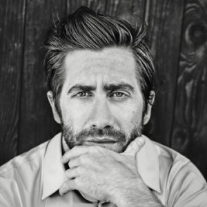 Jake-Gyllenhaal-Grey-Shirt-11